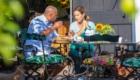 Man en vrouw aan de ontbijttafel in de tuin van De Heeren van Tuil